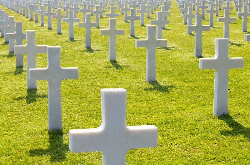 Weiße Kreuze des amerikanischen Kirchhofs und des Denkmals Normandies des Zweiten Weltkrieges lizenzfreie stockfotografie