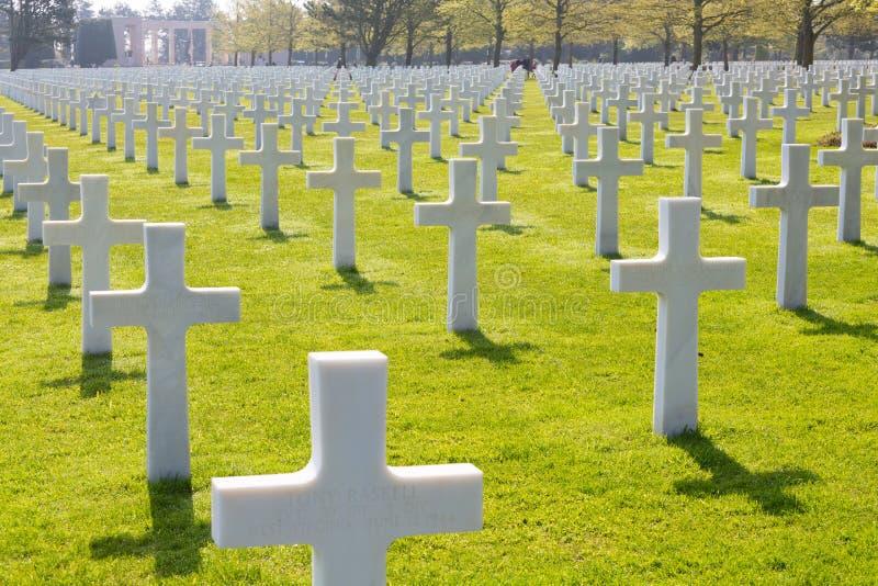 Weiße Kreuze des amerikanischen Kirchhofs und des Denkmals Normandies des Zweiten Weltkrieges lizenzfreies stockfoto