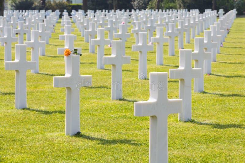Weiße Kreuze des amerikanischen Kirchhofs und des Denkmals Normandies des Zweiten Weltkrieges stockfoto
