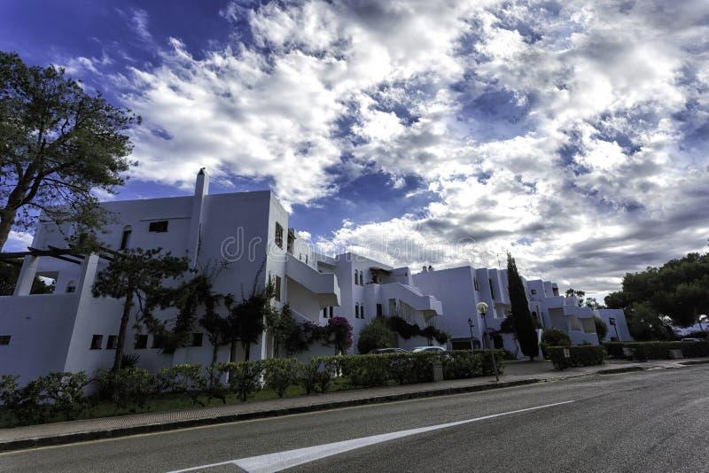 Weiße Landhäuser nahe der Straße in ` Calas d oder, Mallorca lizenzfreie stockfotos
