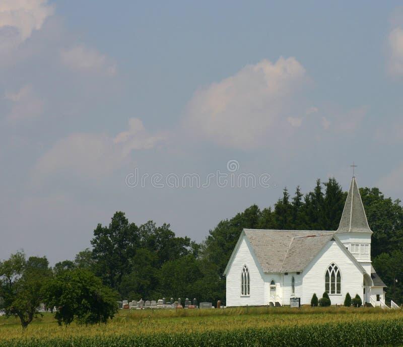 Weiße Landkirche mit Steeple lizenzfreies stockbild