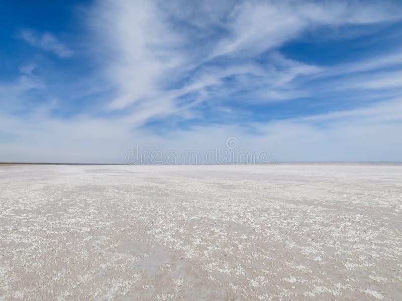 Weiße Landschaft des blauen Himmels des Salzsees stockfotografie