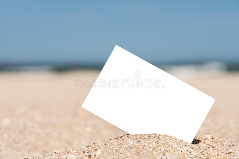 Weiße leere sofortige Foto-Karte auf Strand-Sand stockfoto
