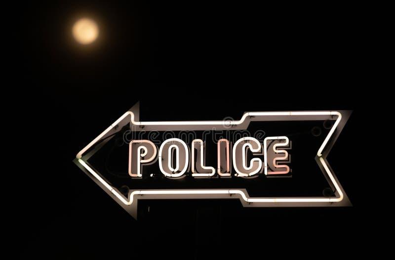 Weiße Leuchtreklame-Punkte in Richtung zum Polizeirevier-dunkle Nachtvollmond lizenzfreie stockfotografie