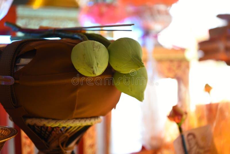 Weiße Lotus Incense Candle auf Buddha' s-Schüssel stockfoto