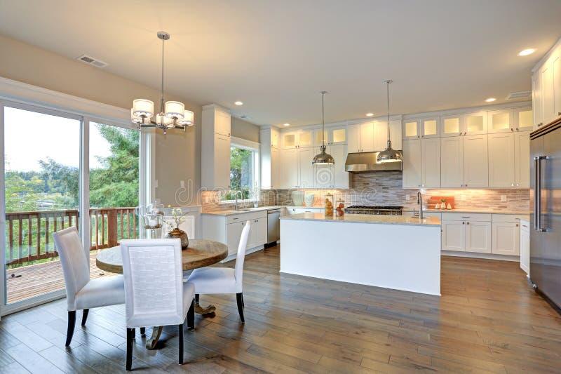 Weiße Luxusküche mit großer Kücheninsel stockfoto
