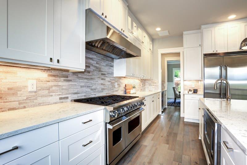 Weiße Luxusküche mit großer Kücheninsel lizenzfreie stockfotografie