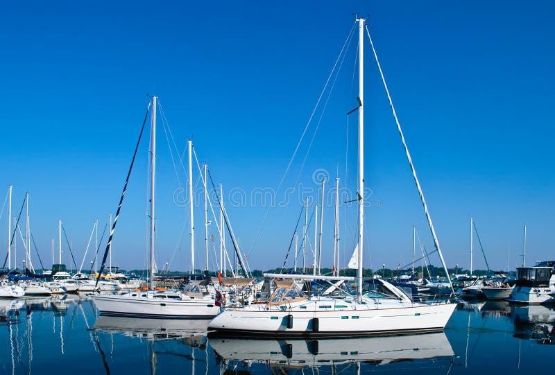 Weiße Luxuxyachten und Boote verankerten im Hafen stockbilder