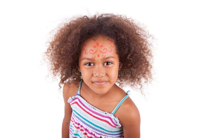 Weiße Malerei des netten jungen Afroamerikanermädchens auf dem Gesicht - B lizenzfreies stockbild