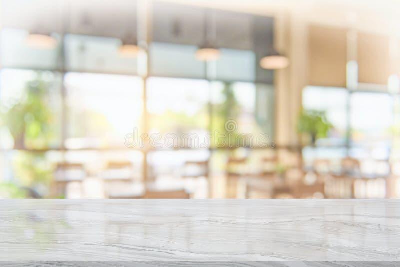Weiße Marmortischplatte auf Unschärfekaffeestube lizenzfreies stockfoto