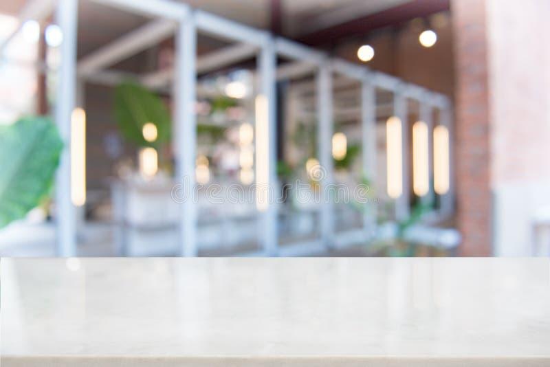 Weiße Marmortischplatte auf Unschärfekaffeestube stockfotografie