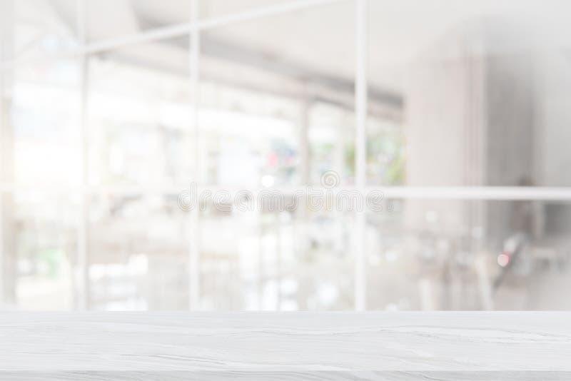 Weiße Marmortischplatte auf Unschärfekaffeestube lizenzfreie stockfotografie