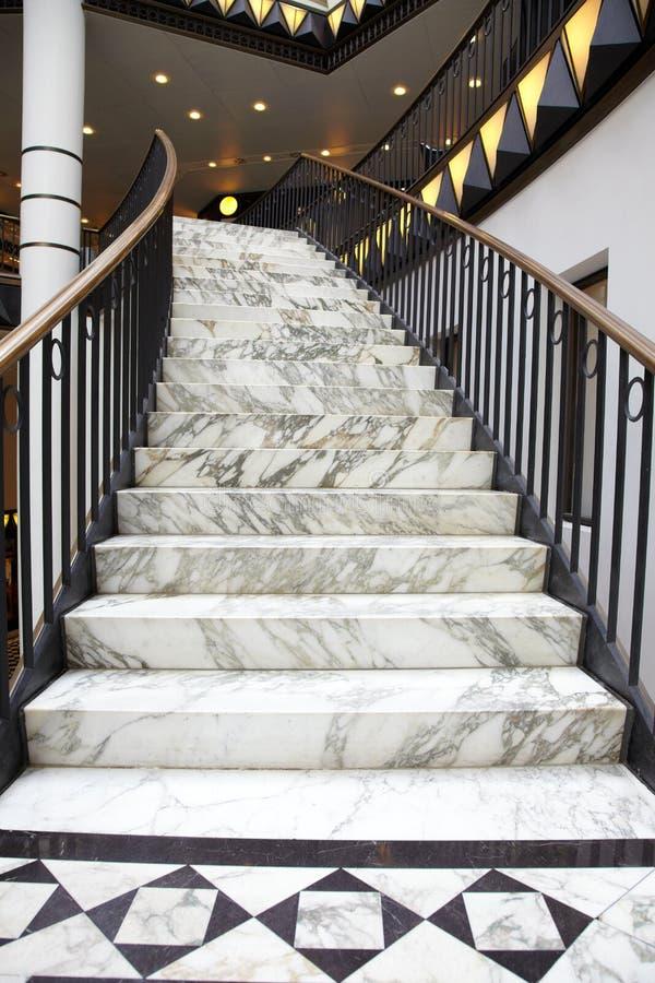 Weiße Marmortreppe im Luxuxinnenraum lizenzfreie stockfotos