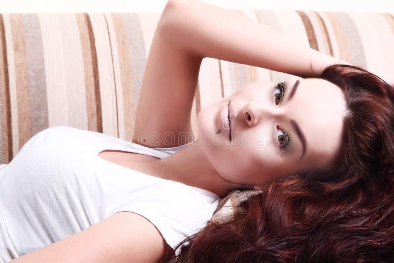 Weiße Modefrau, braunes besutiful Haar und Augen im weißen Hemd stockfotografie