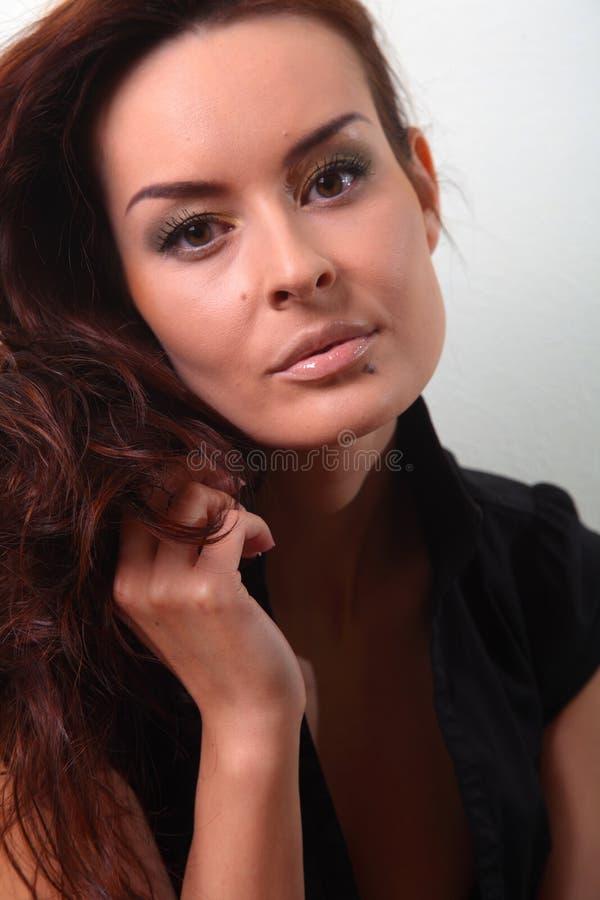 Weiße Modefrau, braunes schönes langes Haar und Augen in der schwarzen Weste lizenzfreies stockfoto