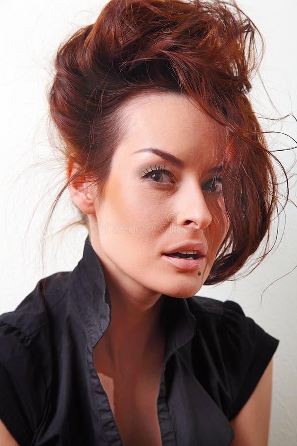 Weiße Modefrau, braunes schönes langes Haar und Augen in der schwarzen Weste stockfotografie