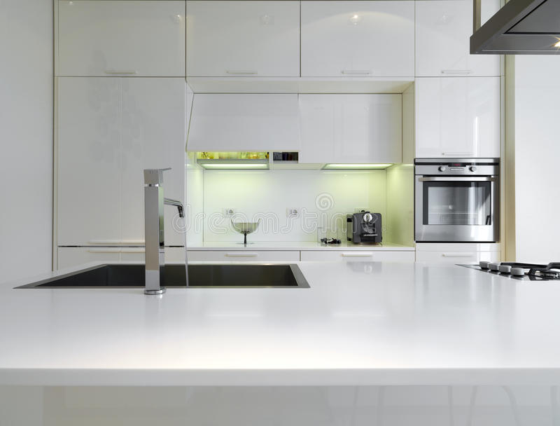 Moderne weiße küche  Weiße moderne Küche stockfoto. Bild von nachricht, modern - 20712654