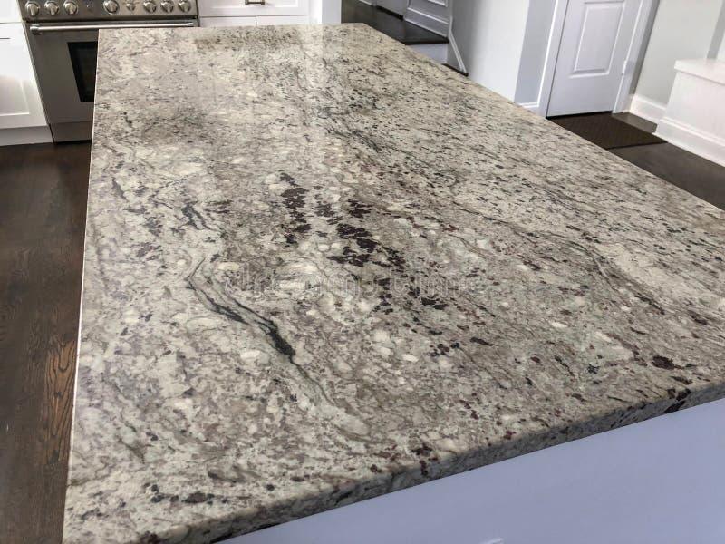 Weiße moderne Küche mit Granit Countertopinsel im midle der Küche stockbilder