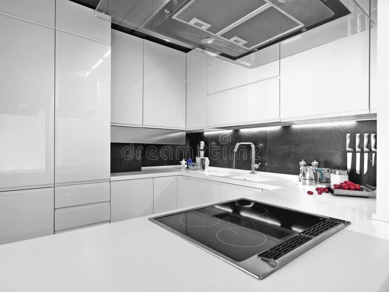 Weiße moderne Küche mit Stahlgeräten stockfotos