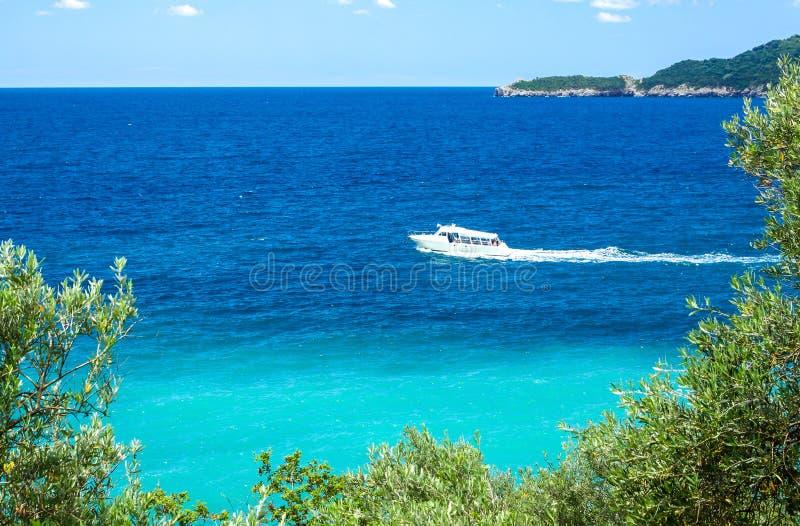Weiße moderne Yacht im adriatischen Meer, Budva Riviera, Montenegro lizenzfreies stockfoto