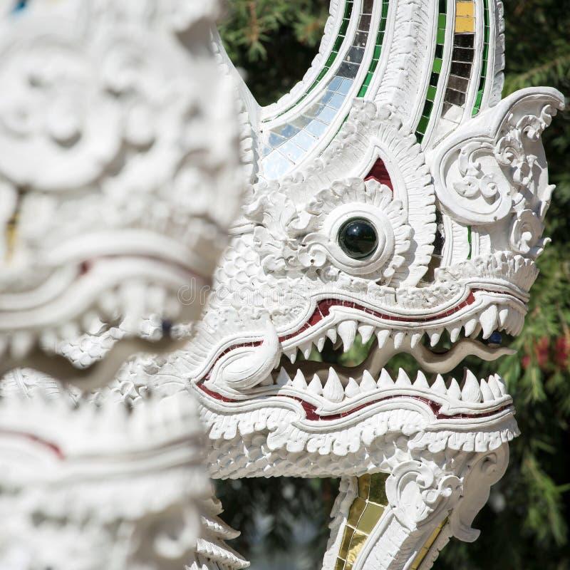 Weiße Nagadrachestatue im buddhistischen Tempel lizenzfreie stockbilder