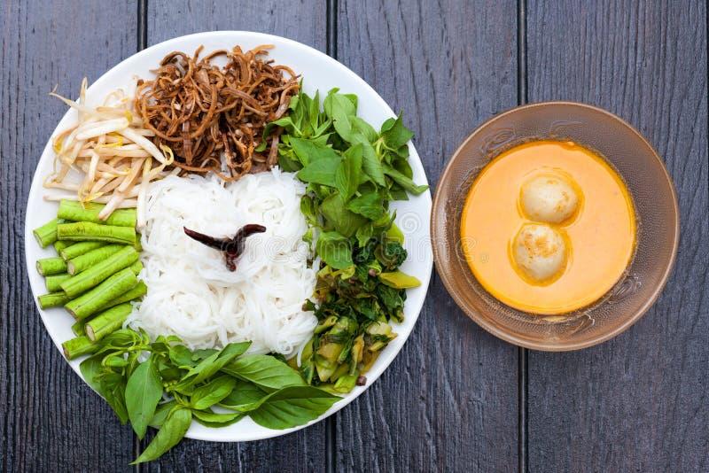 Weiße Nudeln mit Fisch-Currysoße stockbilder