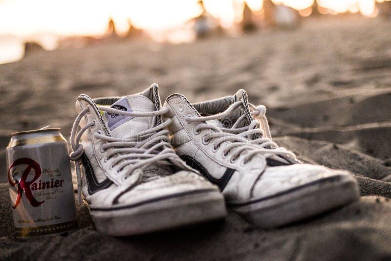 Weiße Oldtimer-Sneaker und Zinn-Dosen stockfotografie