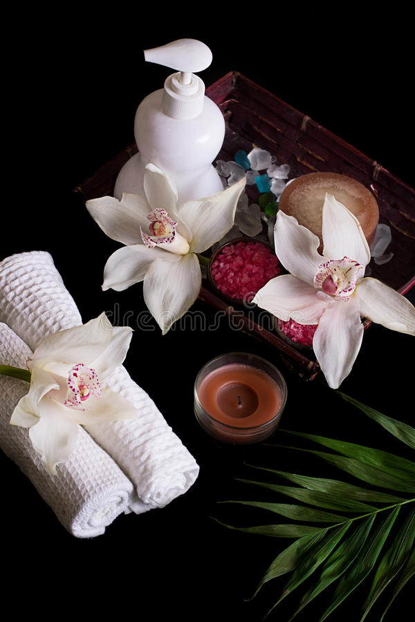 Weiße Orchideen und Badekurortbehandlung in der Holzkiste stockfotos