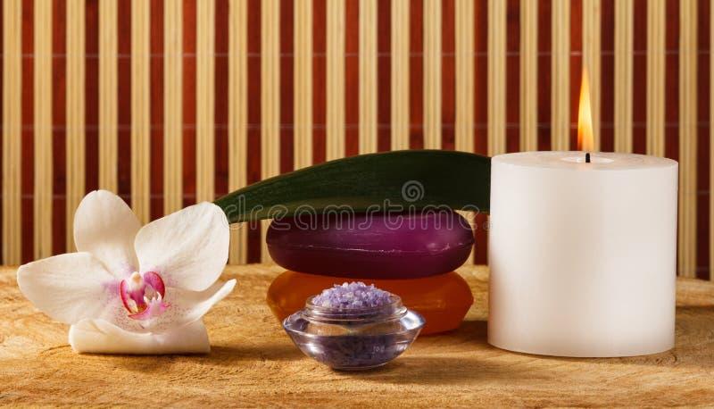 Weiße Orchideenblume, Kerze, Seife und Seesalz für Badekurortverfahren lizenzfreie stockbilder