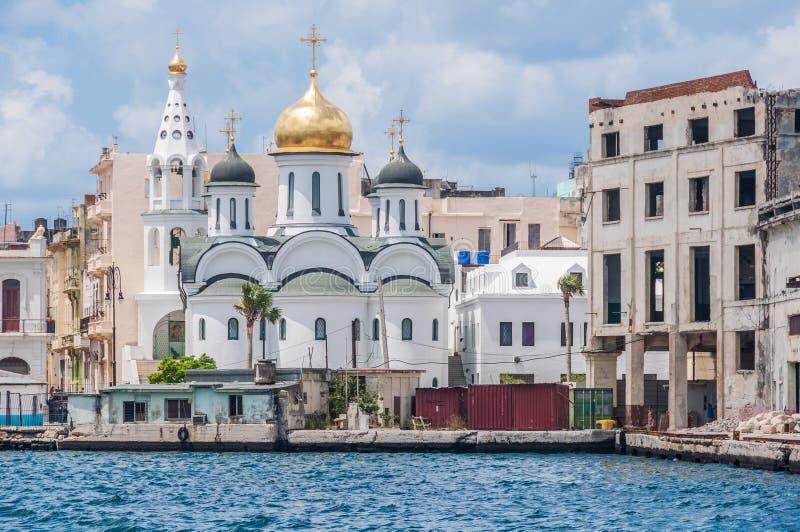 Weiße orthodoxe Kirche auf der Küste in Havana, Kuba lizenzfreies stockbild