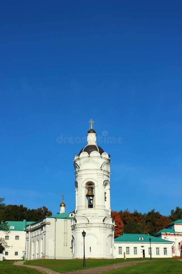 Weiße orthodoxe Steinkirche stockbild