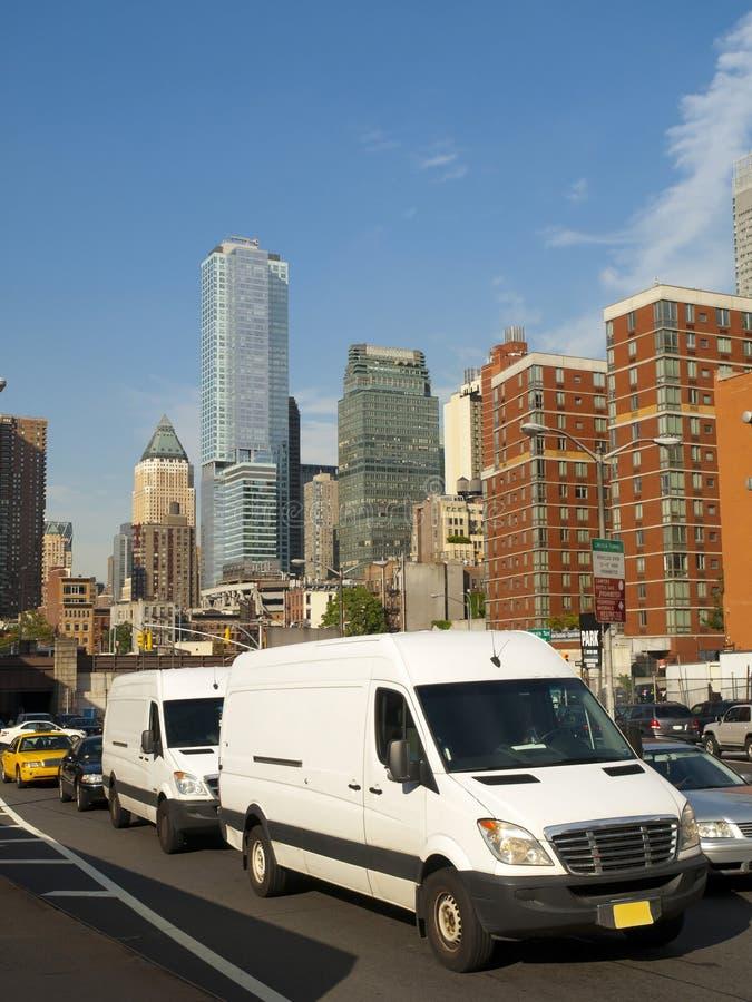 Weiße Packwagen in der Stadt stockfoto