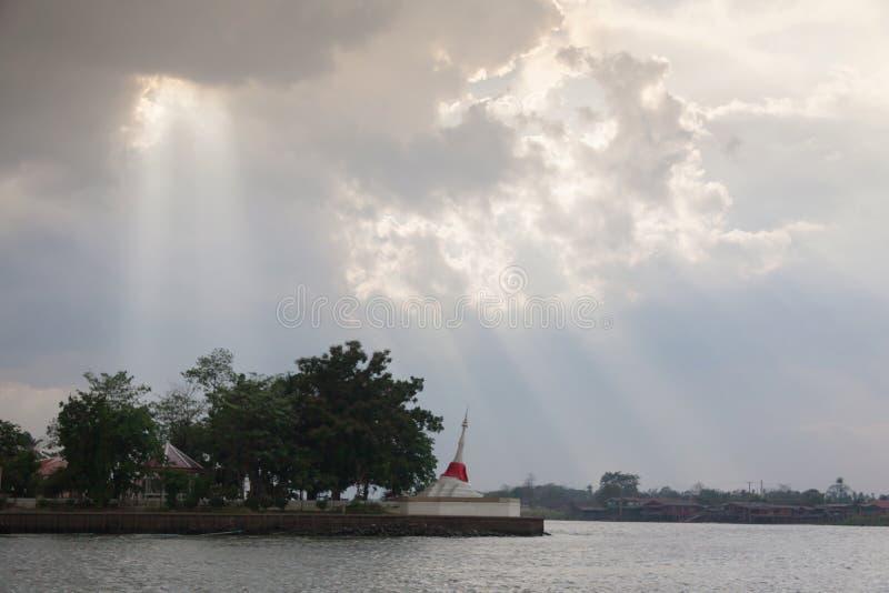 Weiße Pagode bei Koh Kred Nontaburi Thailand lizenzfreie stockbilder