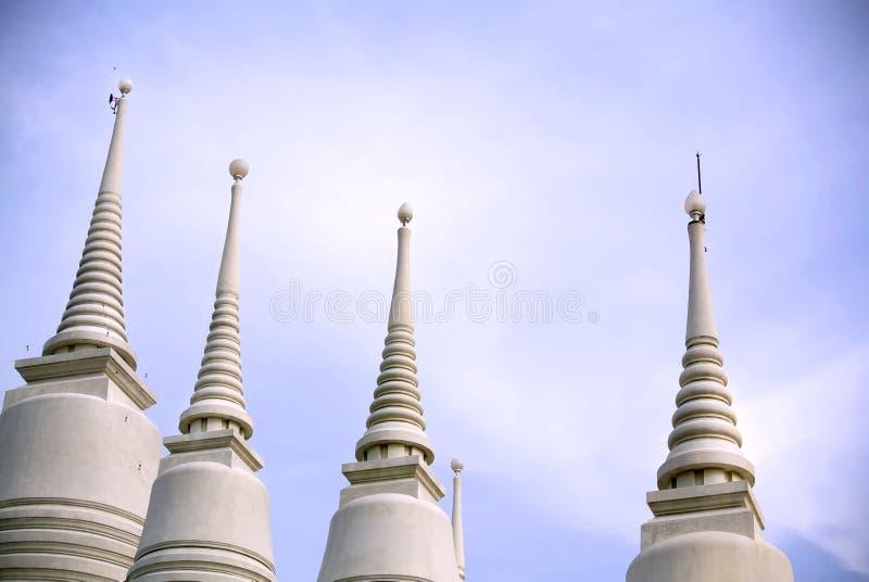 Weiße Pagoden in Folge am buddhistischen Tempel lizenzfreie stockfotos