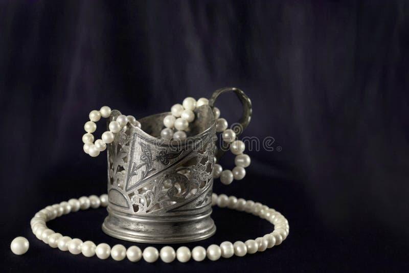 Weiße Perlenhalskette und Silberschale lizenzfreies stockfoto