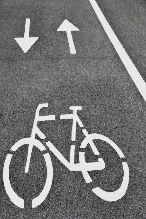 Weiße Pfeile und bycicle Zeichen lizenzfreies stockfoto