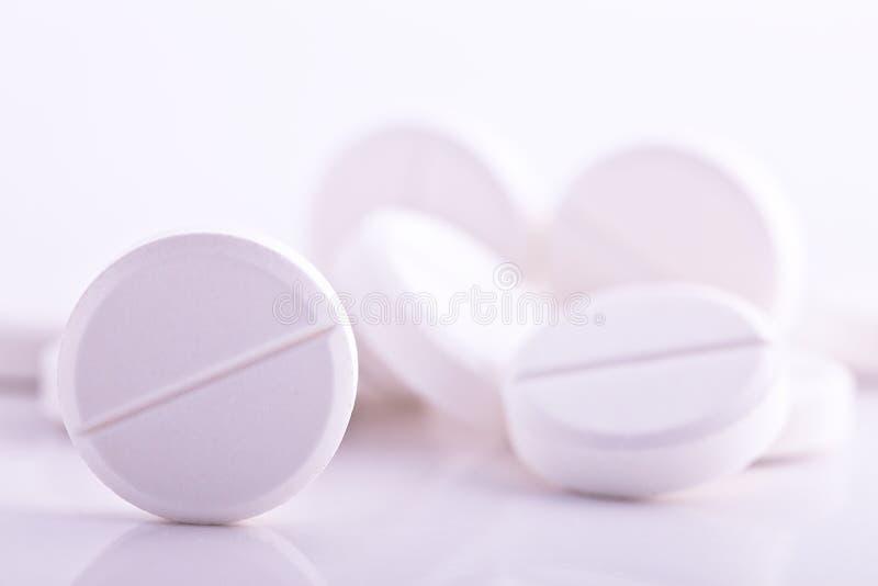 Weiße Pillen lizenzfreie stockfotografie