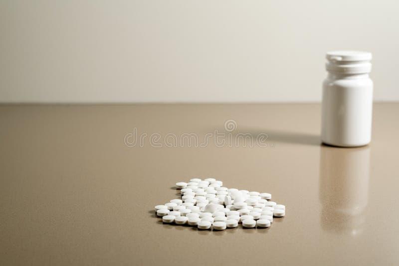 Weiße Pillen zur Heilung von Krankheiten isoliert auf grauem Hintergrund, kopieren Paste stockfotos