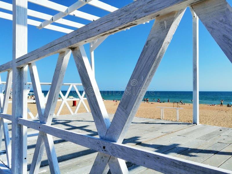 Weiße Planken auf dem Sand lizenzfreie stockfotos