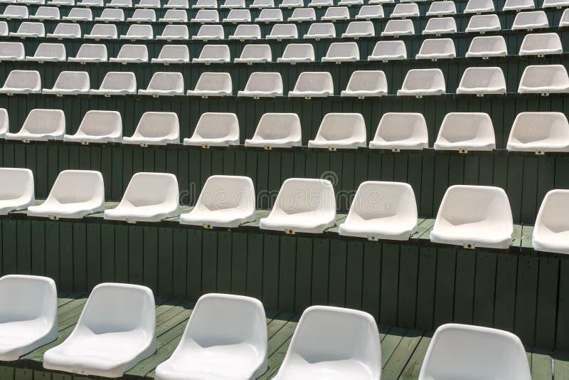 Weiße Plastikstühle Theater oder im Auditorium im im Freien lizenzfreies stockfoto