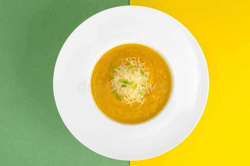 Weiße Platte mit Gemüsepüree auf hellem Hintergrund lizenzfreies stockbild