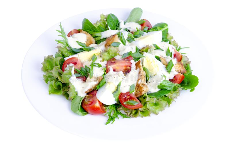 Weiße Platte mit Gemüsesalat mit dem Ei und Mayonnaise, lokalisiert lizenzfreie stockfotos