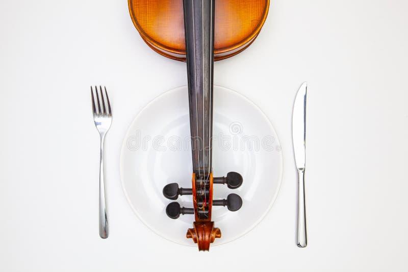 Weiße Platte und alte Violine auf dem weißen Holztisch lizenzfreie stockfotografie