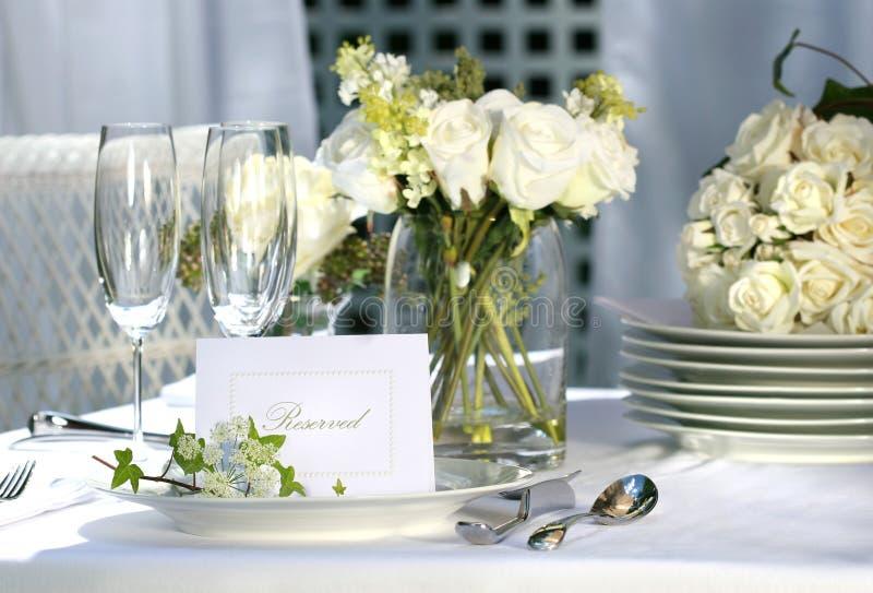 Weiße Platzkarte auf Hochzeitstabelle lizenzfreie stockfotografie
