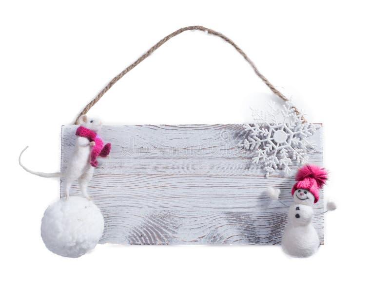Weiße Ratte auf einer Schneedecke, Schneemann, Schneeflocke, Holzbrett Isoliert auf weißem Hintergrund lizenzfreie stockbilder