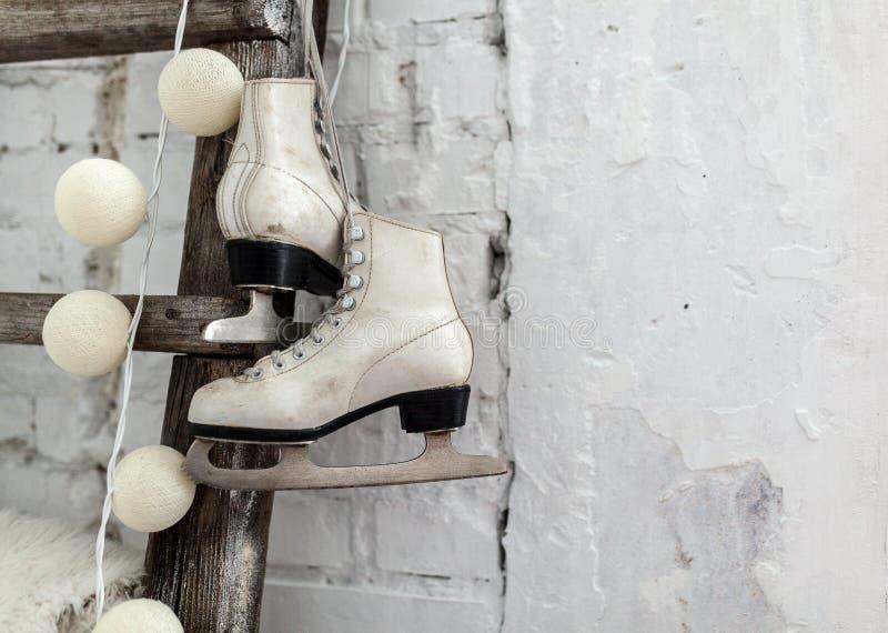 Weiße Rochen am hölzernen Treppenhaus guten Rutsch ins Neue Jahr-Konzept Winterfreizeit stockfotografie
