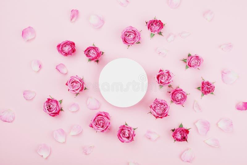 Weiße Ronde, Rosarosenblumen und Blumenblätter für Badekurort oder Hochzeitsmodell auf Draufsicht des Pastellhintergrundes Schöne stockfotografie