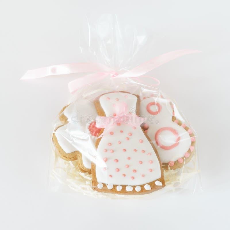 Weiße rosa Zuckerglasur der süßen Lebkuchenplätzchen in der Tasche stockfotos