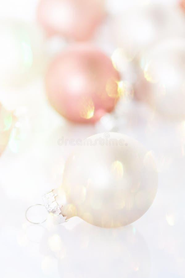 Weiße rosarote Christbaumkugeln zerstreuten funkelnde funkelnde goldene Garland Lights High Key Image-Schablone für Gruß-Karte lizenzfreies stockfoto