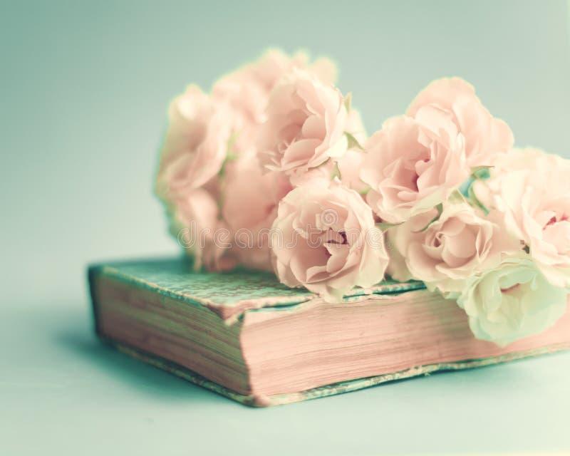Weiße Rosen über Buch lizenzfreies stockbild